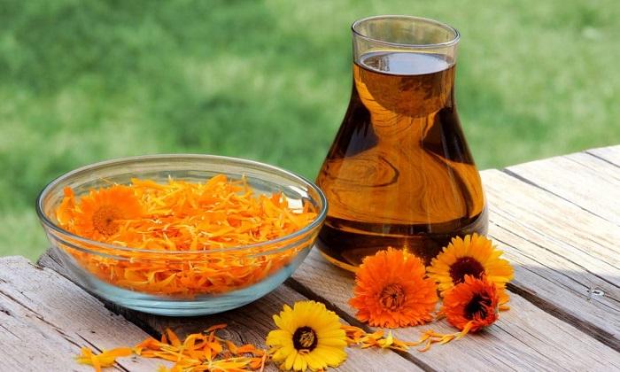 Календула является наиболее используемым растением при лечении болезни. На ее основе готовят настойки, мази, ванночки, компрессы и отвары