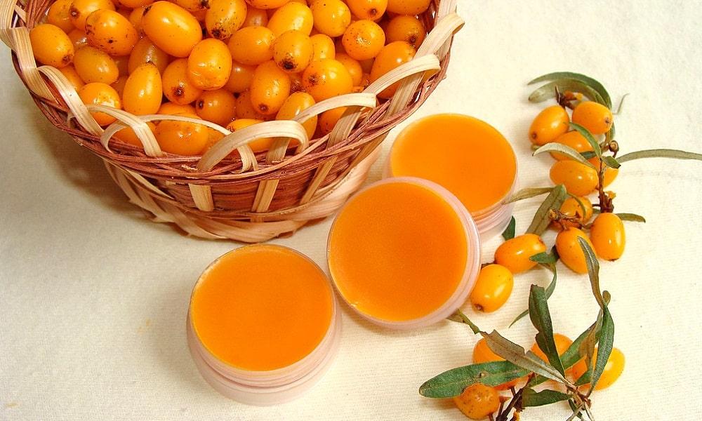 Противовоспалительными и заживляющими свойствами обладает облепиховое масло. Его тоже можно использовать для лечения геморроя с кровотечением