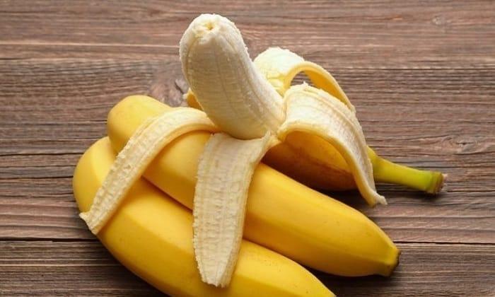 Если ребенок находится на грудном вскармливании, матери следует убрать из рациона бананы