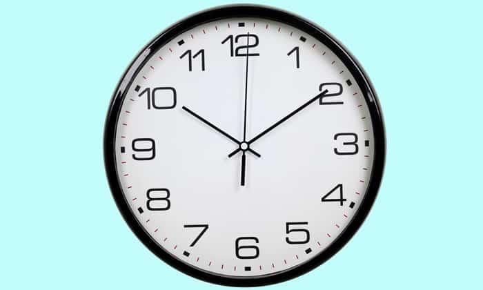 3 раза в день за 15-20 минут до еды следует принимать по 1 ст. л. лукового сока