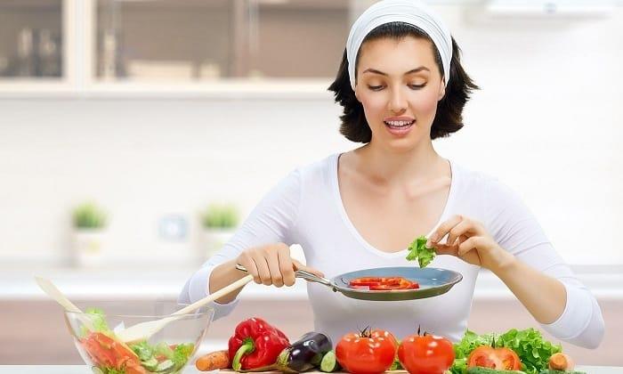 При первых признаках геморроя нужно изменить питание, включив в рацион растительную пищу