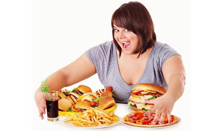 При переедании желудок не успевает перерабатывать большие порции