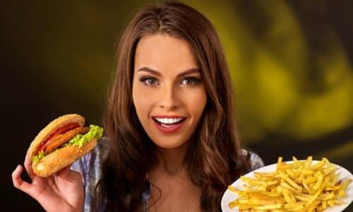 Нездоровое питание приводит к запорам, которые провоцируют геморрой