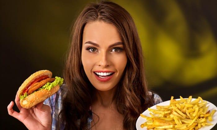 Неправильное питание. Большое количество жирной, острой, соленой пищи, алкогольные напитки в рационе приводят к нарушениям работы ЖКТ, что приводит в свою очередь к обострению геморроя