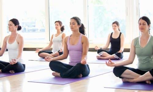 Йога способствует укреплению мышц брюшного пресса, улучшает кровообращение, нормализует функционирование кишечника, благоприятно влияет на весь организм