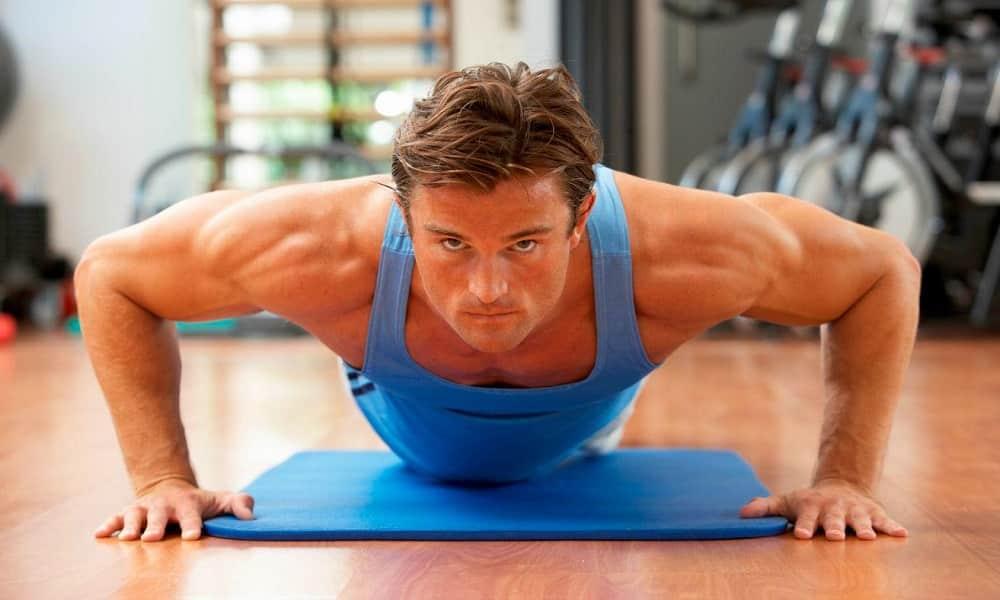 При чрезмерных физических нагрузках повышается внутрибрюшное давление, кровь приливает к органам малого таза, что приводит к развитию наружного геморроя у мужчин
