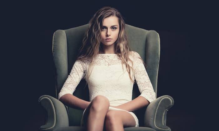 Удобный стул или кресло и правильная поза при сидении помогут уменьшить дискомфорт, причиняемый болезнью