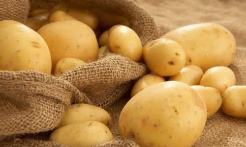 Чтобы сделать свечи из картофеля, его моют, чистят и вырезают цилиндры до 1,5 см в ширину и 4 см в длину