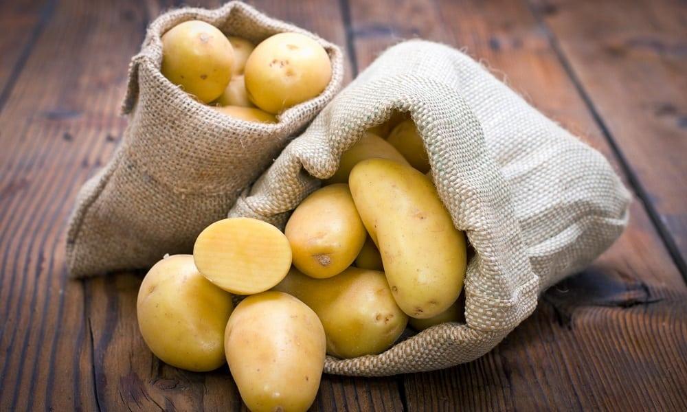 Используют сырой картофель, его можно натереть на терке и делать компрессы в перианальной области, или сделать свечки вводить их в задний проход
