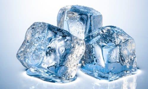 Лечение геморроя льдом поможет сократить вероятность появления осложнений и оперативного вмешательства
