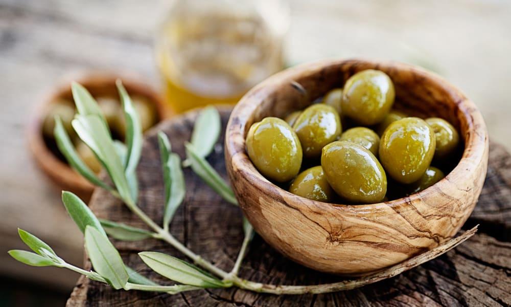 1 способ лечения. Утром съедать натощак 5 маслин вместе с косточкой, и делать так на протяжении 2 недель