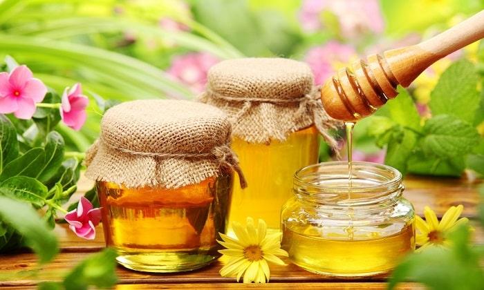 Также часто используют мед как самостоятельное средство, так и в качестве компонента