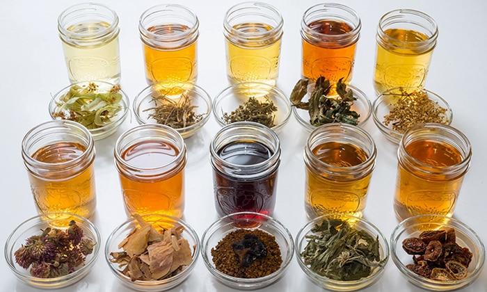 В борьбе с болезнью применяют народные средства, которые основаны на употреблении напитков из трав