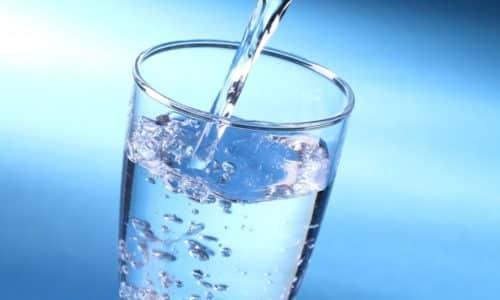 Количество потребляемой в сутки воды доводят до 2 л