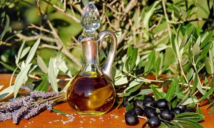 Оливковое масло обладает лечебным эффектом (восстанавливает слизистую желудка, улучшает работу желчных путей, борется с запорами) и усваивается организмом человека на 98%