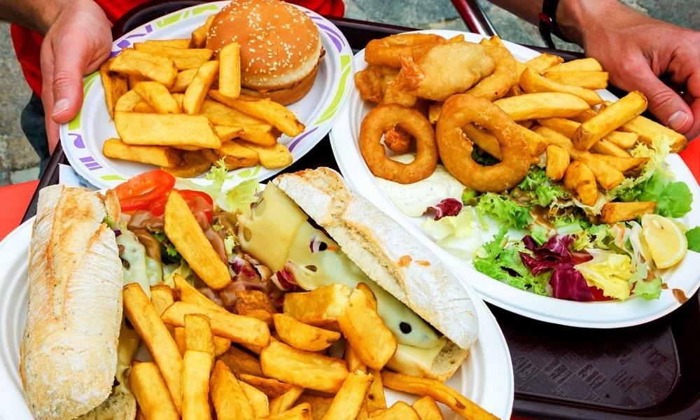 Потребление большого количества фастфуда и острой пищи нарушает функции кишечника, из-за чего возникают хронические запоры