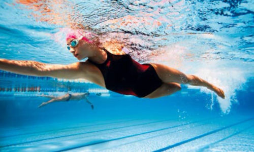 На начальной стадии геморроя полезны умеренные физические нагрузки, например плавание