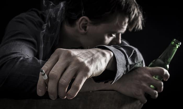 Сочетание геморроя, курения и алкоголя можно назвать гремучей смесью, только усугубляющей состояние