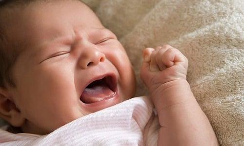 При дефекации геморроидальные узлы травмируются. Ребенок начинает плакать во время отхождения стула