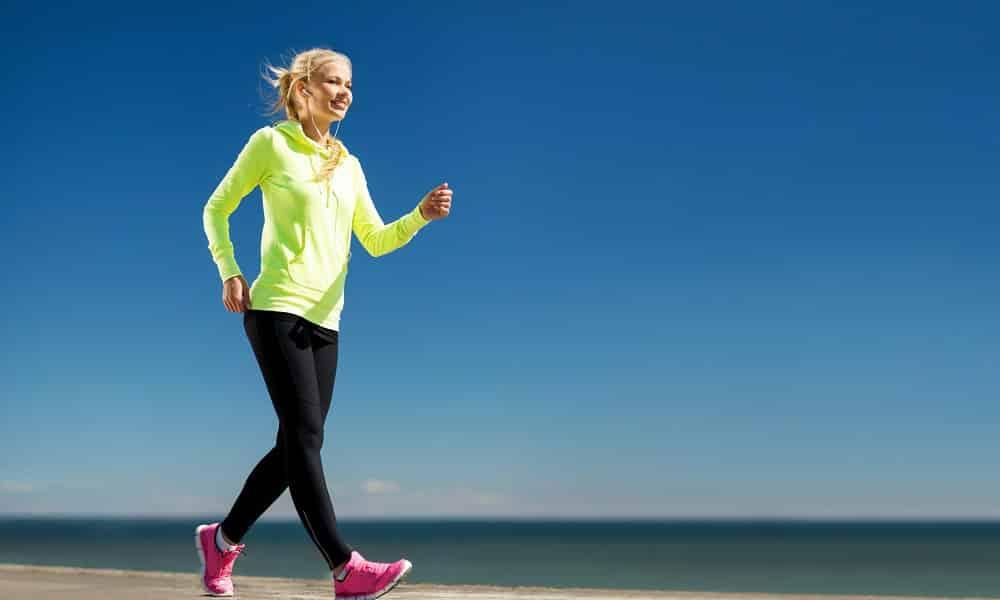 Рекомендуется начать с легкой кардиотренировки, при отсутствии спортивной подготовки ее продолжительность не должна быть больше 20 минут в день или можно заняться ходьбой