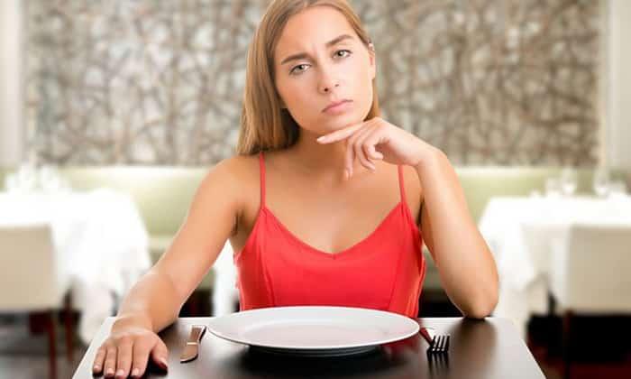 Для проведения сухого голодания больному потребуется полностью исключить употребление жидкости и пищи