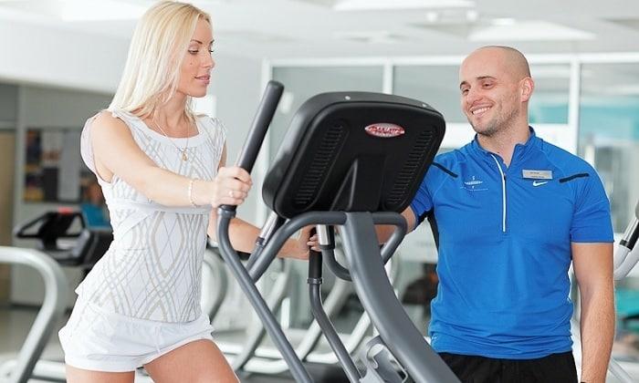 Специалист фитнес-центра поможет выбрать подходящую физическую нагрузку