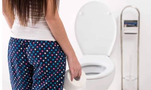 Дефекация при геморрое часто сопровождается такими болями и кровотечением, что человек старается отложить поход в туалет
