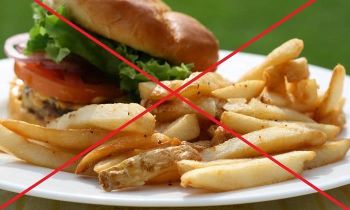 При диагностировании геморроя человеку в первую очередь придется отказаться от жирной, копченой, жареной и соленой еды